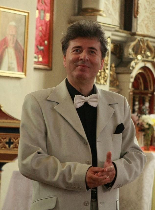 Andrzej Bator ma 49 lat. Pochodzi z Bledzewa, w 2007 r. w pobliskim Goruńsku założył towarzystwo śpiewacze ,,O sole mio''. Obecnie mieszka w Warszawie, gdzie jest radnym. Jest honorowym obywatelem Bledzewa i Kramska w Wielkopolsce.