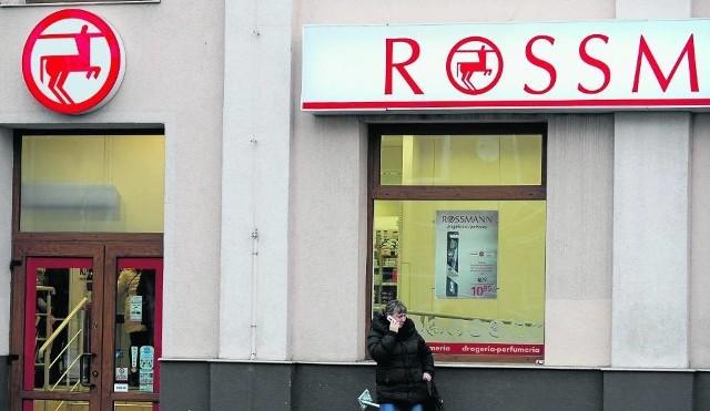 Rossmann ostrzega przed oszustami. W SMS-ach podszywają się pod sieć i naciągają klientów.