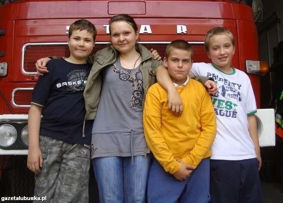 Bogusława Woźniak w otoczeniu swoich podopiecznych z młodzieżowej drużyny pożarniczej OSP Konotop, dwóch Szymonów i Łukasza. By zagłosować na panią Bogusię, wyślij na numer 71051 SMS o treści och.37.