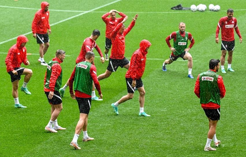 Piłkarze reprezentacji Polski wyszli na boisko w ulewie. Zobaczcie deszczowy trening na stadionie Polsat Plus Arena Gdańsk [zdjęcia]