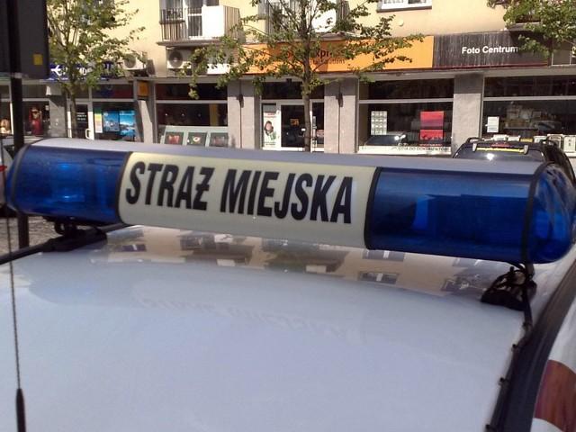 Strażnicy miejscy zostali wyzwani przez pijanego mężczyznę