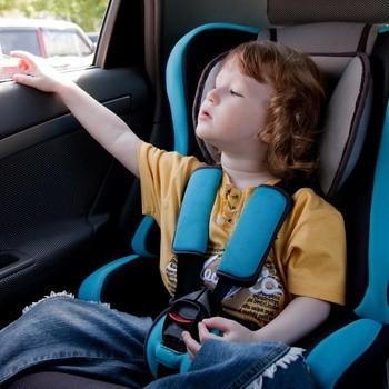 Fotelik służy temu, by zapewnić dziecku maksimum bezpieczeństwa, ale głównie podczas podróży samochodem.