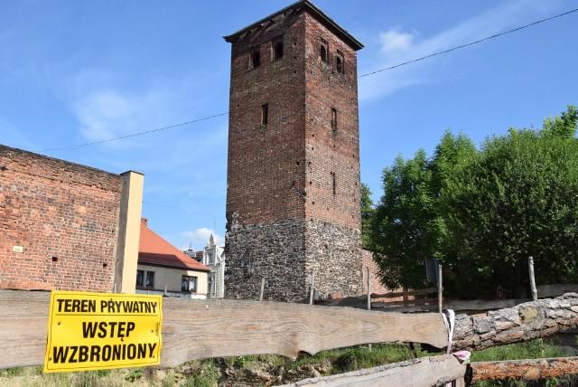 Średniowieczne mury obronne z XV i XVI wieku w Byczynie wymagają pilnie renowacji.
