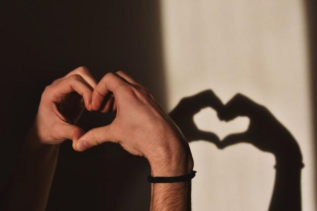 Powtarzane z pokolenia na pokolenie zabobony o miłości są różne i dotyczą wielu zagadnień. Oto lista najpopularniejszych i czasami zadziwiających przesądów miłosnych!