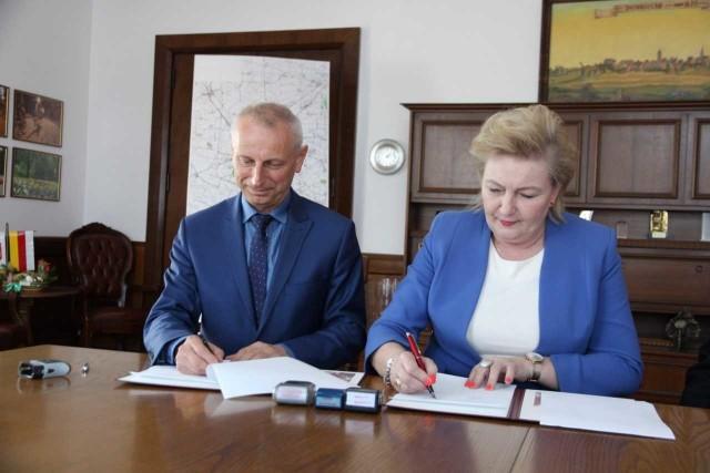 Dziś sfinalizowane zostały zabiegi o zawarcie porozumienia między miastem Inowrocław a starostwem w sprawie wzajemnego wsparcia przy przebudowie jednego z ważniejszych skrzyżowań w Inowrocławiu. Prezydent Inowrocławia Ryszard Brejza oraz Starosta Powiatu Inowrocławskiego Wiesława Pawłowska wraz z wicestarostą Tadeuszem Majewskim uroczyście podpisali umowę w sprawie udzielenia i zarazem przyjęcia pomocy rzeczowej.- Miasto przekazuje powiatowi dokumentację projektową przebudowy skrzyżowania ulic Poznańskiej, Górniczej i Stanisława Staszica wraz z budową odcinka ulicy Prymasa Józefa Glempa o wartości około 177 tysięcy złotych, a powiat występuje o dofinansowanie tej inwestycji z Funduszu Dróg Samorządowych - informuje Karolina Sobieraj z inowrocławskiego ratusza. Do podpisania umowy doszło na podstawie wcześniejszego upoważnienia uchwalonego uchwałami rad obu samorządów.