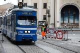 Kraków. Kuriozum na Karmelickiej. Barierki blokują ruch, a jak jedzie tramwaj, to robotnik ją odsuwa [WIDEO, ZDJĘCIA]