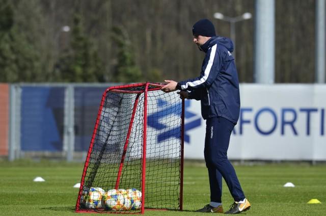 Piłkarze Lecha Poznań mogą na razie trenować tylko indywidualnie. Trenerzy kontrolują czy realizują zadania, które dostali