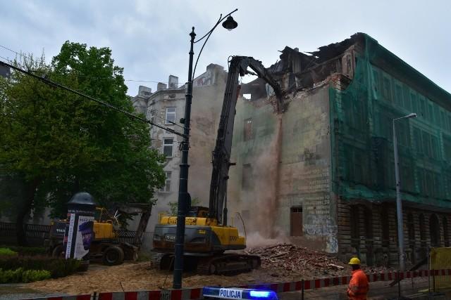 Kamienicę częściowo rozebrano 22 maja - groziła zawaleniem (zdjęcia z tego dnia). Od tamtej pory nic się tam nie zmieniło. Budynek straszy wyglądem ruiny, odcinek ulicy przy niej pozostaje wyłączony z ruchu.