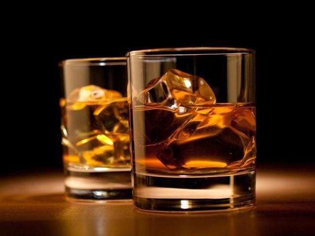 33-latek ukradł trzy butelki whiskey. Podczas szarpaniny z ochroniarzem pobiły się dwie z nich, a ostatniej nawet nie zdołał wynieść ze sklepu, bo został złapany.