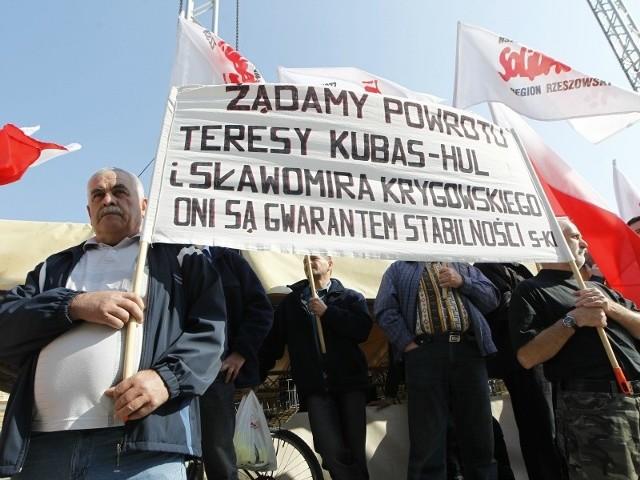 Przed ratuszem protestowało ok. 40 pracowników MPK Rzeszów.