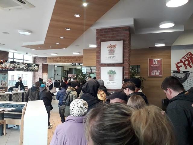 Ogromne kolejki do KFC