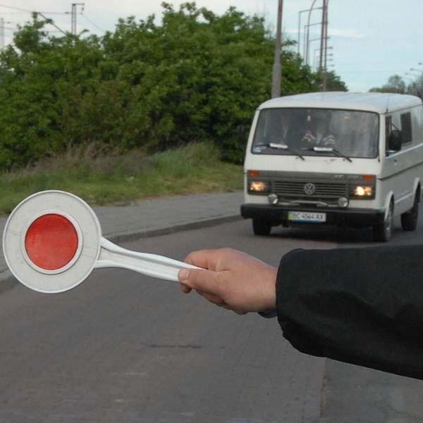 Umundurowany policjant może zatrzymać kierowcę do kontroli zarówno w terenie zabudowanym jak i niezabudowanym.