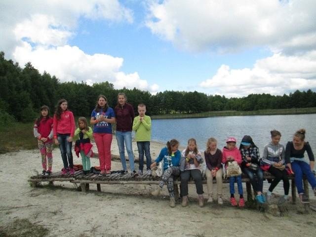 """Dzieci z """"Przyjaznego Kąta"""" w Tucholi  odpoczywały Przyjemnie jest posiedzieć nad jeziorem."""