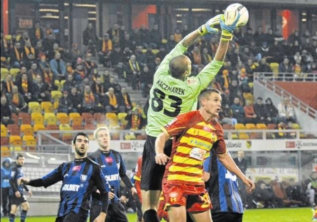 W minionym sezonie wszystkie mecze żółto-czerwonych (na zdjęciu Mateusz Piątkowski) z Zawiszą były zacięte. Sporych emocji można spodziewać się także w niedzielę.