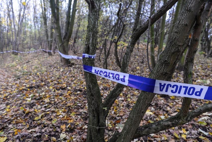 Na miejscu znalezienia ciała od kilku godzin pracują duże...