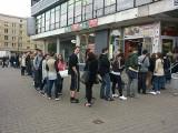 Wrocław: Potężne kolejki po Urbancard na pl. Legionów. Studenci czekają godzinami (ZDJĘCIA)