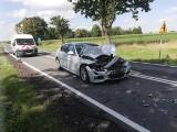 Groźny wypadek pod Namysłowem. 27-latek w BMW podczas wyprzedzania uderzył w dwa prawidłowo jadące samochody. Został ukarany mandatem