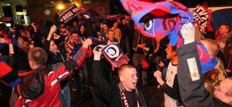 Kibice Czarnych tłumnie przybyli na derby w Koszalinie w poprzednim roku. W tym roku spotkanie będzie mogła obejrzeć jedynie garstka fanów.
