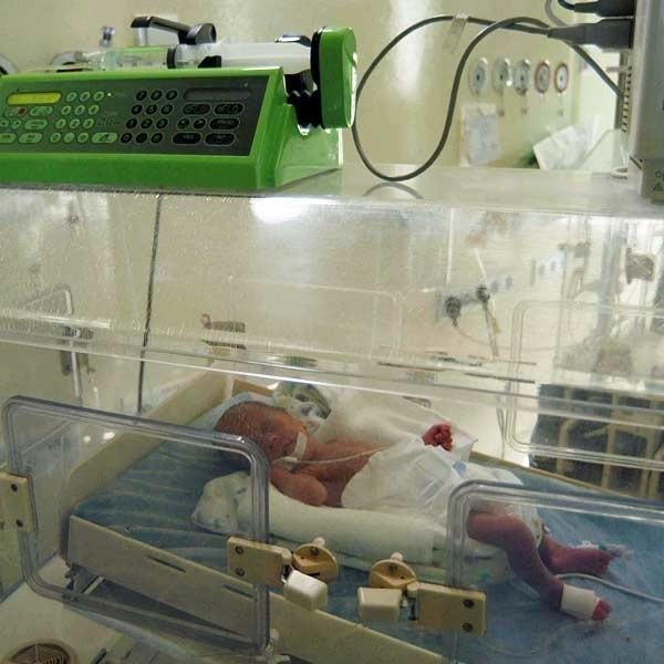 Cztery nowe pompy trafiły na oddział noworodków w WSS w Rzeszowie. Dzięki tym urządzeniom mali pacjenci dostają leki i jedzenie.