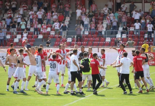 Piłkarze Apklan Resovii wreszcie zapisali na swoim koncie 3 punkty - w niedzielę na stadionie przy ul. Wyspiańskiego pokonali Widzew Łódź. Gola na wagę wygranej zdobył Maksymilian Hebel