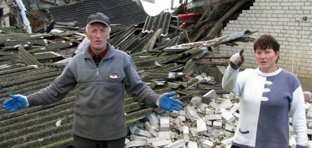 W miejscu budynków leży kupa gruzu. Daniela i Janusz Popławscy (na zdjęciu) chcą odbudować wszystko przed żniwami.