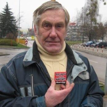 Antoni Frąckiel, pan po 60-tce na wiadomość co się rozdaje wypalił -  Mam nadzieje, że to normalny rozmiar a nie jakiś młodzieżowy.