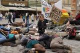 Położyli się na Rynku we Wrocławiu. Taki strajk. Dla ziemi