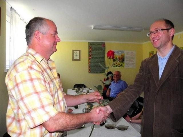 Wojciech Daszkowski ( z prawej) dostaje różę w podziękowaniu za zaangażowanie - wręcza Zbigniew Buława, szef referatu kultury