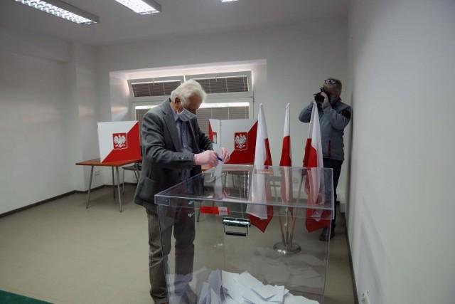 """W czasie tych wyborów grożą nie tylko kary za łamanie ciszy wyborczej, ale też za nieprzestrzeganie obostrzeń sanitarnych związanych z epidemią koronawirusa. Ministerstwo Zdrowia wydało rozporządzenie w """"sprawie szczegółowych zasad bezpieczeństwa sanitarnego w lokalu wyborczym oraz środków ochrony osobistej związanej ze zwalczaniem epidemii COVID-19 dla członków obwodowych komisji wyborczych"""". Oprócz tego musimy pamiętać o wciąż obowiązujących w miejscach publicznych (a takimi są lokale wyborcze) zasadach bezpieczeństwa, które musimy przestrzegać pod groźbą wysokich kar. Na kolejnych stronach wyjaśniamy, według jakich zasad sanitarnych będziemy mogli oddać głos w lokalach wyborczych, jak ma wyglądać utrzymanie tych rygorów przez członków komisji, a także co nam grozi za złamanie tych zasad, a także za pogwałcenie ciszy wyborczej."""