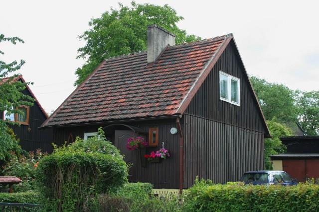 """Na zdjęciu niespełna 55-metrowe domki fińskie w Bytomiu – domy bez pozwolenia do 70 m2 obiecane w Polskim Ładzie mogłyby wyglądać podobnie.<a target=""""_blank"""" href=""""https://creativecommons.org/licenses/by-sa/3.0/deed.pl"""">Licencja</a>"""