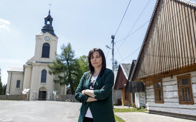 """Alicja Majdosz, dyrektorka Gminnego Ośrodka Kultury w Jaśliskach, też zagrała w """"Bożym Ciele"""". Wcieliła się w rolę żony wójta. Zdjęcie zrobiliśmy jej na tle kościoła, który nie mógł """"zagrać"""" swoim wnętrzem w filmie, bo nie zgodziła się na to przemyska kuria"""