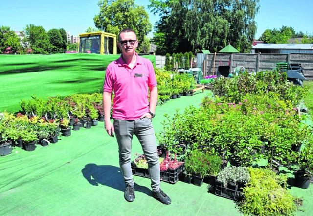 Paweł Hudyka, właściciel przedsiębiorstwa Agros w Sędziszowie w otworzonej na wiosnę nowej części sklepu - ogrodzie.