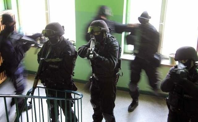 Jedna osoba zatrzymana po nocnej akcji w bloku przy ul. Odzieżowej w Szczecinie.