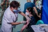 Nastolatkowie nie rwą się do szczepień przeciwko Covid-19