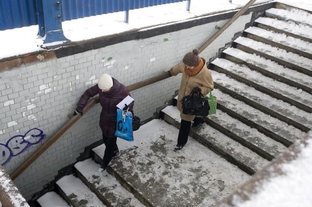 Pasażerowie skarżą się, że perony słupskiego dworca kolejowego nie są odśnieżone.