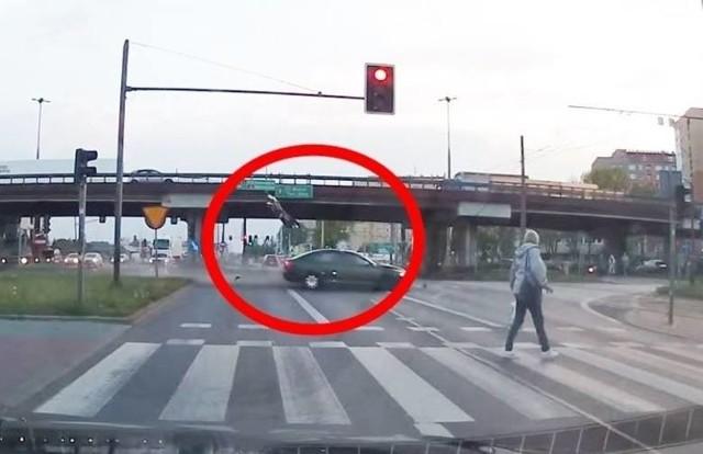 Do bardzo groźnego wypadku doszło w Częstochowie. Jak podaje policja 26-letni kierowca samochodu wjechał na skrzyżowanie na czerwonym świetle i z impetem uderzył w prawidłowo jadący motocykl. Siła uderzenia była tak potężna, że kierowca jednośladu przeleciał w powietrzu około 20 metrów. Całe zdarzenie nagrał kierowca jadący z przeciwka.WIĘCEJ INFORMACJI I FILM - KLIKNIJ DALEJ