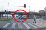 Przerażające zderzenie z motocyklem! Winny 26-latek jadący autem. Wjechał na czerwonym! Motocyklista przeleciał 20 metrów[FILM]