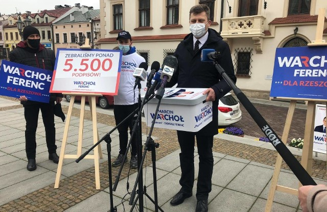 Kandydat z prezydenta Miasta Rzeszowa miał na sobie ochronną maseczkę. Podczas wystąpienia pozwolił sobie na ciętą uwagę nawiązującą do burzy, jaka rozpętała po tym, jak po zebraniu podpisów, poszedł z dziećmi na lody i maseczki nie miał.