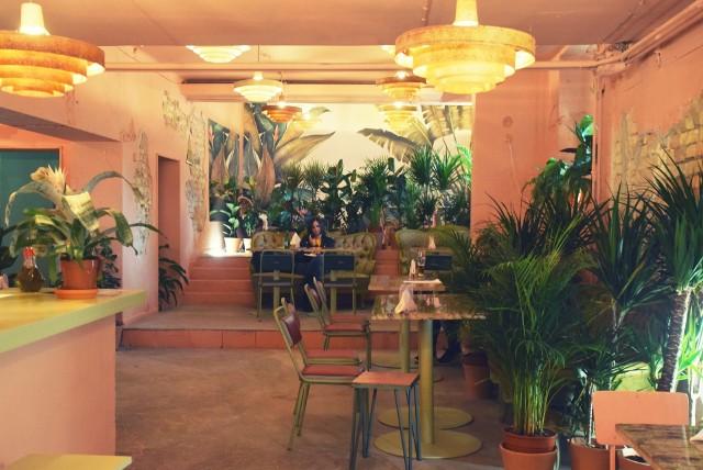 Wnętrze jest nie do poznania! Zamiast ponurej piwnicy mamy miejsce z ogromną ilością egzotycznych roślin, retro meblami i lustrami budującymi ciekawą przestrzeń.