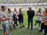 Kibice ŁKS laureatami. Zwiedzali stadion ŁKS, zadawali pytania i dostali książki. Zdjęcia