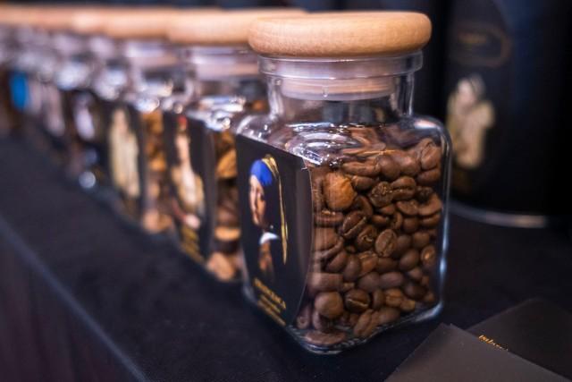 Kawa to napój, bez którego większość nie wyobraża sobie poranka. Pobudza, obniża stres i co najważniejsze cudownie smakuje. To jednak także napój, który zawiera kofeinę i niekoniecznie powinniśmy ją łączyć z niektórymi produktami. Sprawdzamy, z czym nie łączyć kawy. Szczegóły na kolejnych zdjęciach >>>