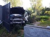 Choroszcz. Auto przebiło ogrodzenie i zatrzymało się na posesji. Ranne dwie osoby, w tym dziecko [ZDJĘCIA]