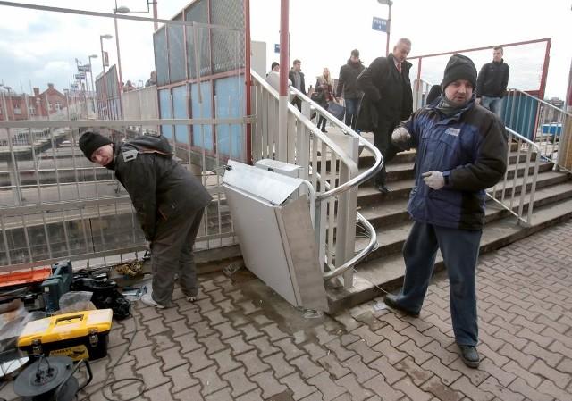 Na dworcu Szczecin Główny trwają prace. Od strony ulicy Czarnieckiego montowana jest platforma dla wózków. To dobra wiadomość, chociaż nie wiadomo jak osoby niepełnosprawne zjadą na dół. Na razie nie ma takiej możliwości. Czytaj również:  Dworzec Szczecin Główny dopiero na wiosnę [wideo]
