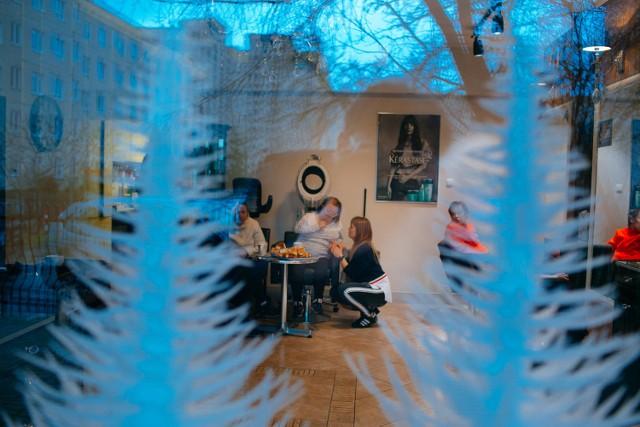 """Stowarzyszenie """"Z Nami Raźniej"""" i Studio Fryzjerskie """"Elf"""" przygotowało świąteczną niespodziankę dla niepełnosprawnej młodzieży z Kielc."""