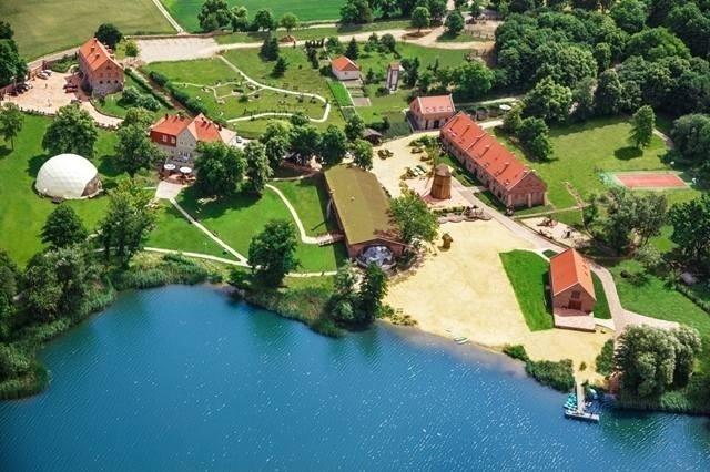 OlandiaTU MOŻESZ ZAGŁOSOWAĆTo wyjątkowe miejsce, w uroczym zakątku Polski. XVIII wieczny, zrewitalizowany obiekt turystyczny, położony w miejscowości Prusim, nad jeziorem Kuchennym, w Sierakowskim Parku Krajobrazowym, na skraju Puszczy Noteckiej. Folwark znajduje się zaledwie 70 km od Poznania oraz 50 km od Gorzowa.