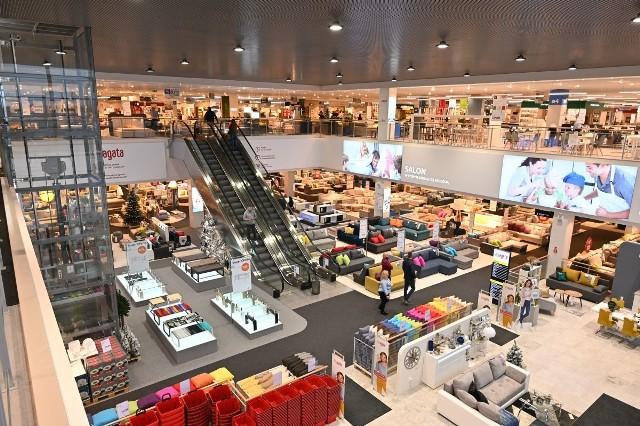 Sklep Agata Meble ruszy w Kielcach w najbliższy piątek, 22 listopada. Na klientów czeka ogromny wybór produktów zgodnych z najnowszymi trendami oraz wykonanych z wysokiej jakości tworzyw. Klienci znajdą wśród nich meble i dodatki między innych do salonu, pokoju młodzieżowego i dziecięcego, jadalni, sypialni czy kuchni. W ofercie znajduje się szeroki wybór akcesoriów kuchennych, dekoracji, lamp, dywanów i tekstyliów. Jako pierwsi odwiedziliśmy najnowszy salon. Zobacz, co można kupić w Agata Meble w Kielcach>>>>