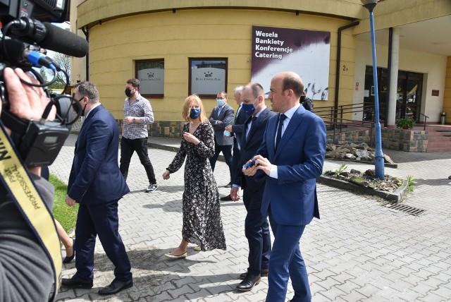Borys Budka w poniedziałek - 17 maja odwiedził Dabrowę Tarnowską. Pierwotnie konferencja miała odbyć sie na miejscowym rynku, ostatecznie lider PO z dziennikarzami spotkał się obok hotelu, w którym wcześniej rozmawiał z przedsiębiorcami. Towarzyszli mu działacze PO z Małopolski i regionu