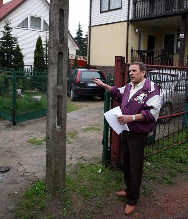 Ten słup miał stanąć przy samej bramie, a nie 80 centymetrów od posesji – mówi Marian Leoniewski. – Przez niego nie mogą wjeżdżać do mnie ciężarówki.