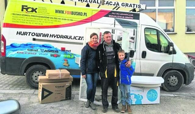 Magdalena Kielin, liderka powiatu buskiego Szlachetnej Paczki, zaangażowała do pomocy i syna Mikołaja, i tatę Przemysława. Wspólnie z firmą Fox stworzą dla jednej z rodzin łazienkę