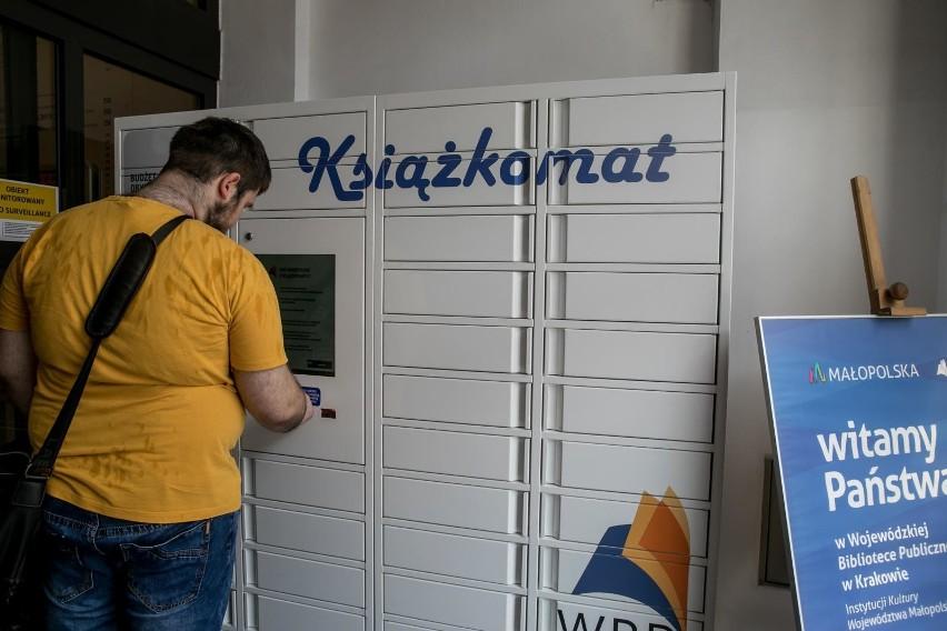 Książkomat stanął przy wejściu Wojewódzkiej Biblioteki Publicznej w Krakowie we wrześniu 2018 roku dzięki staraniom mieszkańców i od tej pory cieszy się zainteresowaniem krakowian.